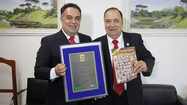 """O deputado federal André Vargas (PT-PR), vice-presidente da Câmara Federal, recebeu nesta terça-feira (25), em Brasília, o Prêmio de Personalidade Nacional """"ANPV 2013""""."""