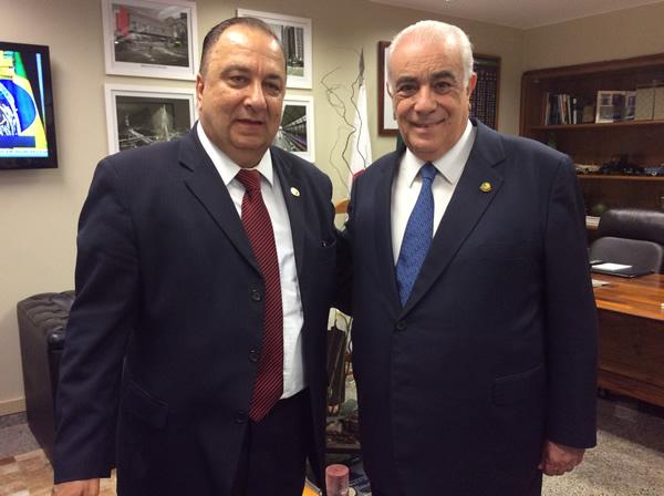 Dr. Arnaldo Acbas de Lima, ao lado do novo ministro durante a posse em Brasília.